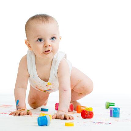 Bebé que juega